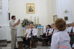 4.-Po-koncercie-Chóru-Amici-Canentes-w-kościele-S.-Czajka-mówi-o-historii-Siennicy-2005-r.