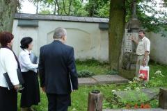 5.-Zwiedzanie-cmentarzyka-przy-kościele-2005