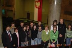 8.-Młodzież-siennicka-na-sali-posiedzeń-Sejmu-2007